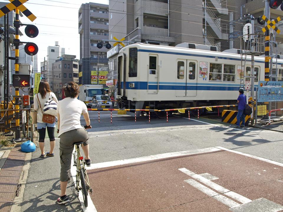 東あずま駅前で東武亀戸線を越える