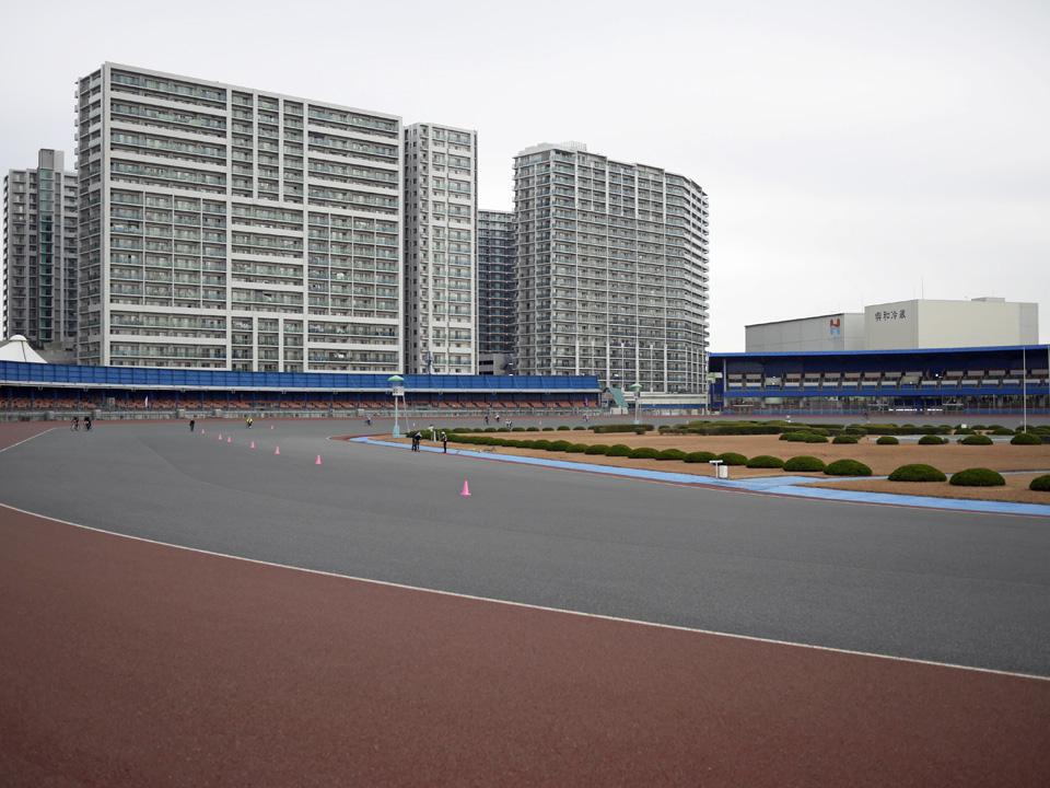 オートレース場を周回して集団走行を練習