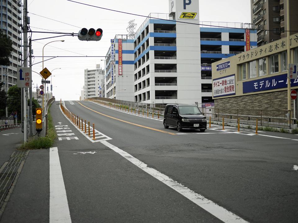 志木駅の東で東武東上線を越える