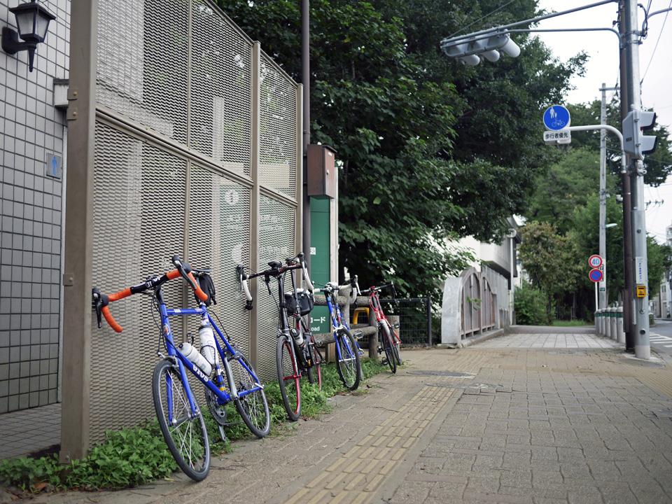 小平市・富士見通りとの交差点に佇む4台のミニベロ