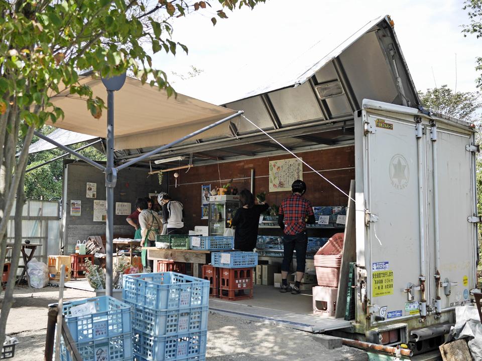 安行武南自然公園前にあるトラックコンテナを改装した野菜直売所