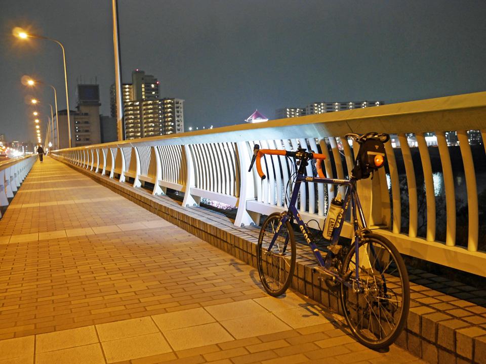 夜の帳が下りた扇大橋に佇むGIOS FELUCA