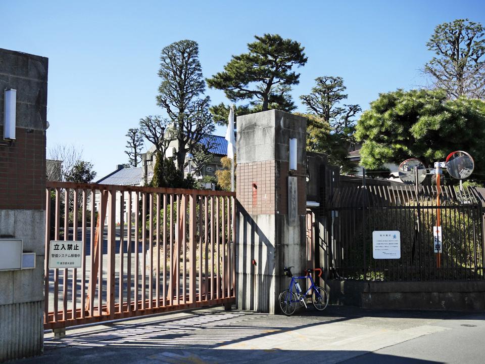 砧下浄水所の正門前にGIOS FELUCAを停車