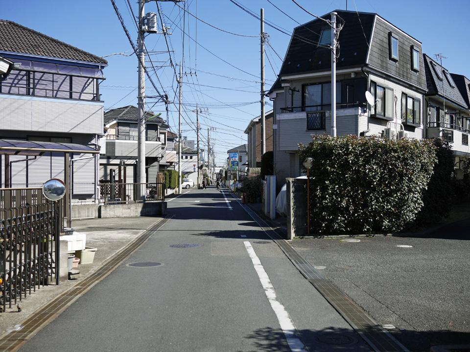 瀬田の住宅街の先に首都高の高架を望む