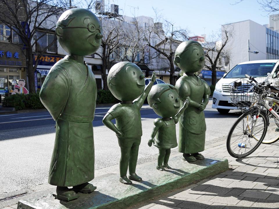 桜新町駅前に立つ磯野家ブロンズ像