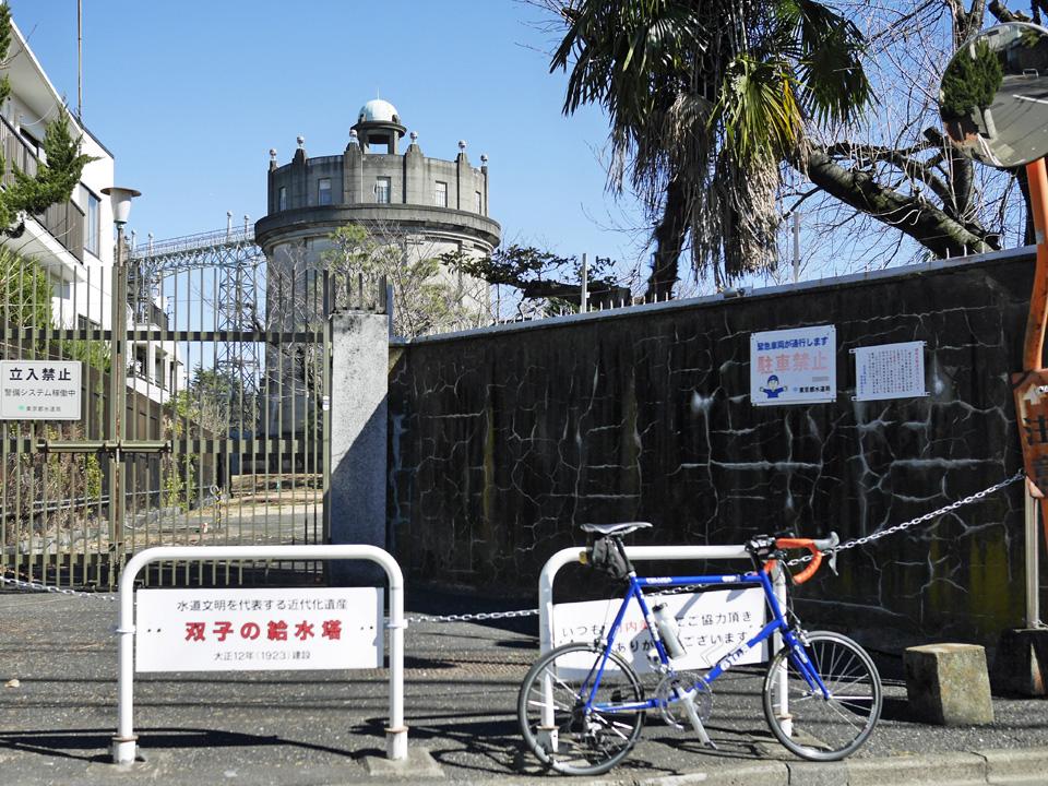 駒沢給水塔の前にGIOS FELUCAを停車