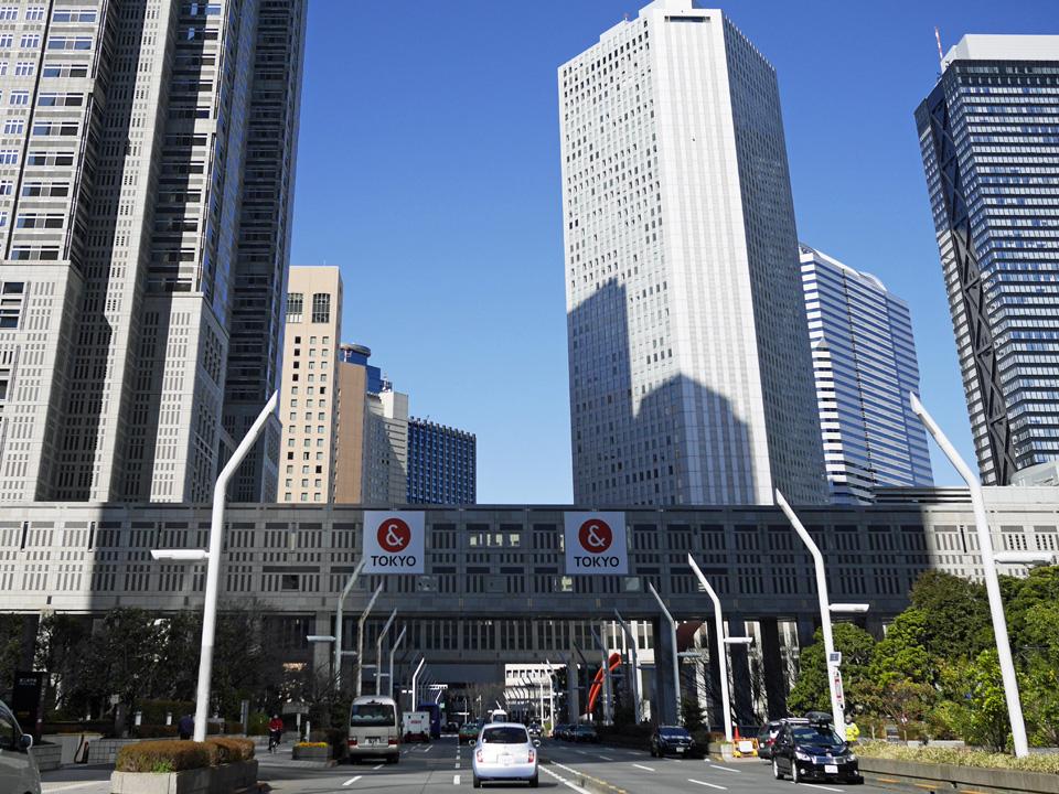 かつての淀橋浄水場に立つ新宿新都心の高層ビル街を行く
