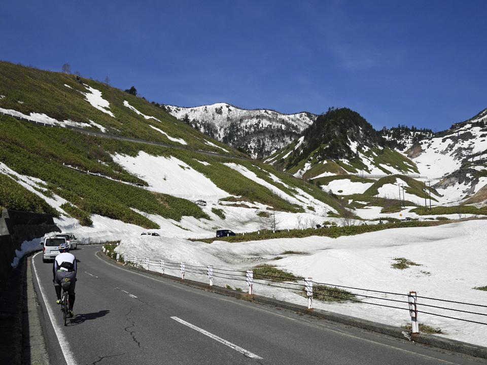 ツール・ド・フランスのような山岳風景を進む