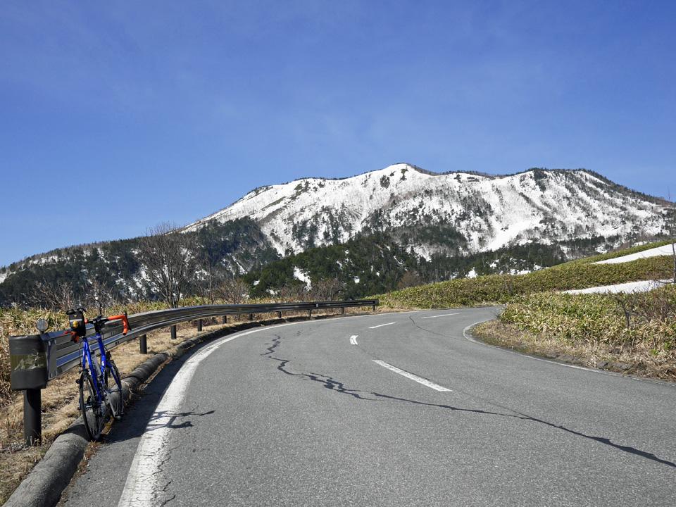 志賀草津高原ルートから本白根山を望む