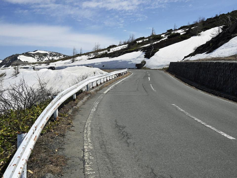 白根山の西側へ回ると残雪の量が増えてきた