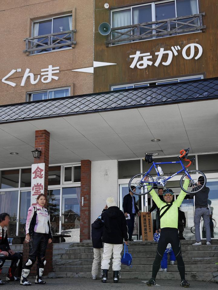 渋峠ホテルの前でGIOS FELUCAと記念撮影
