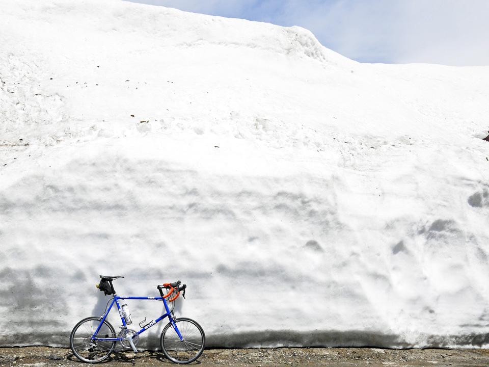 渋峠ホテル前の雪壁とGIOS FELUCA