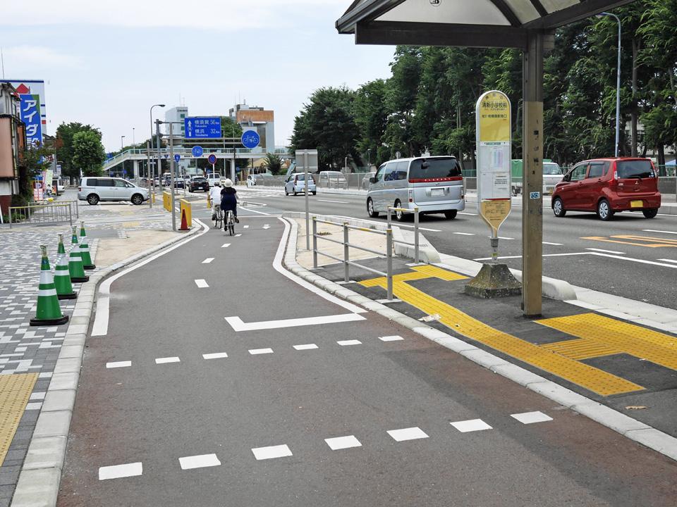 国道16号の自転車専用道を進む