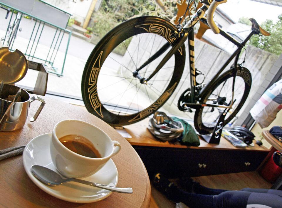 自転車に囲まれながら一服