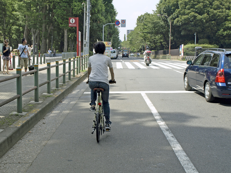 東京国立博物館の前を抜けて