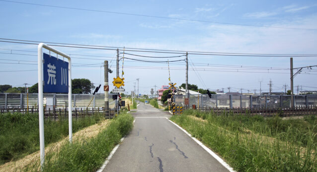 サイクリングロードと踏切が交差するのが印象的