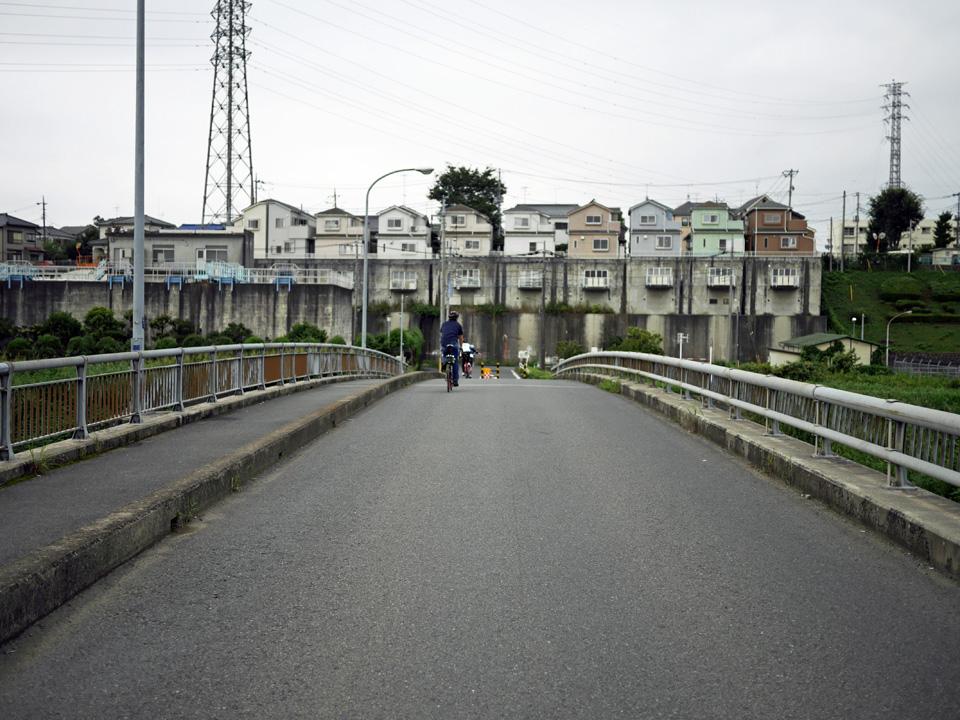 朝霞市の河岸段丘を走る