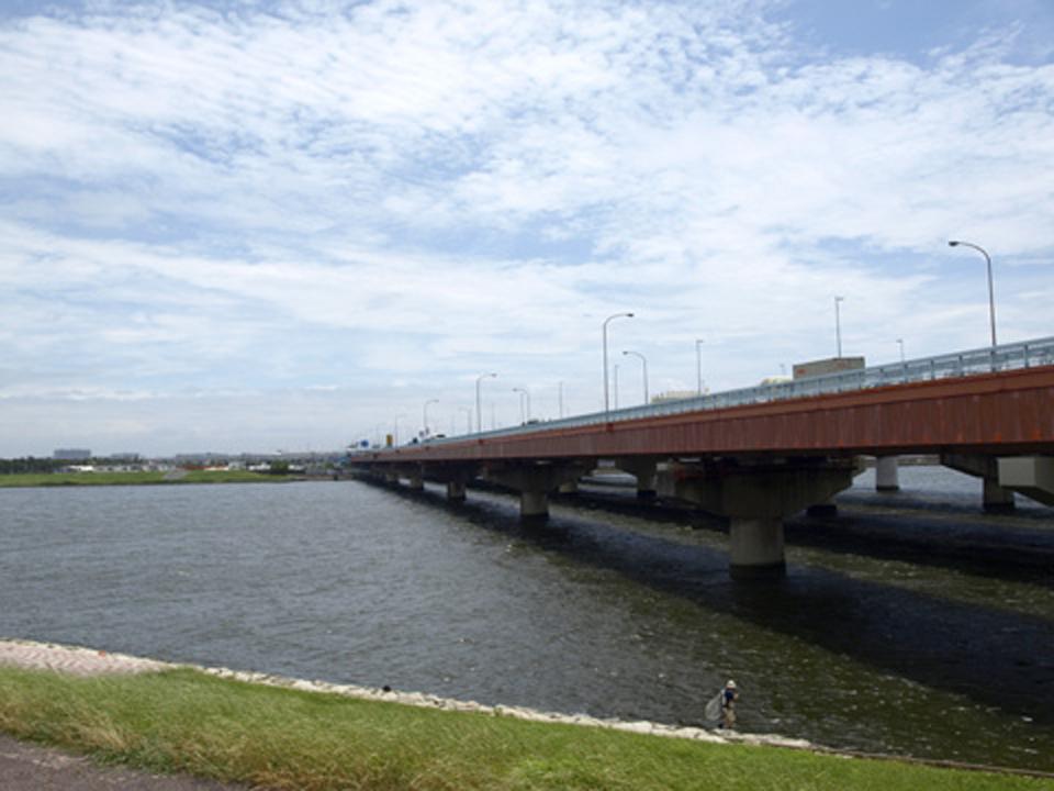 旧江戸川に架かる舞浜大橋