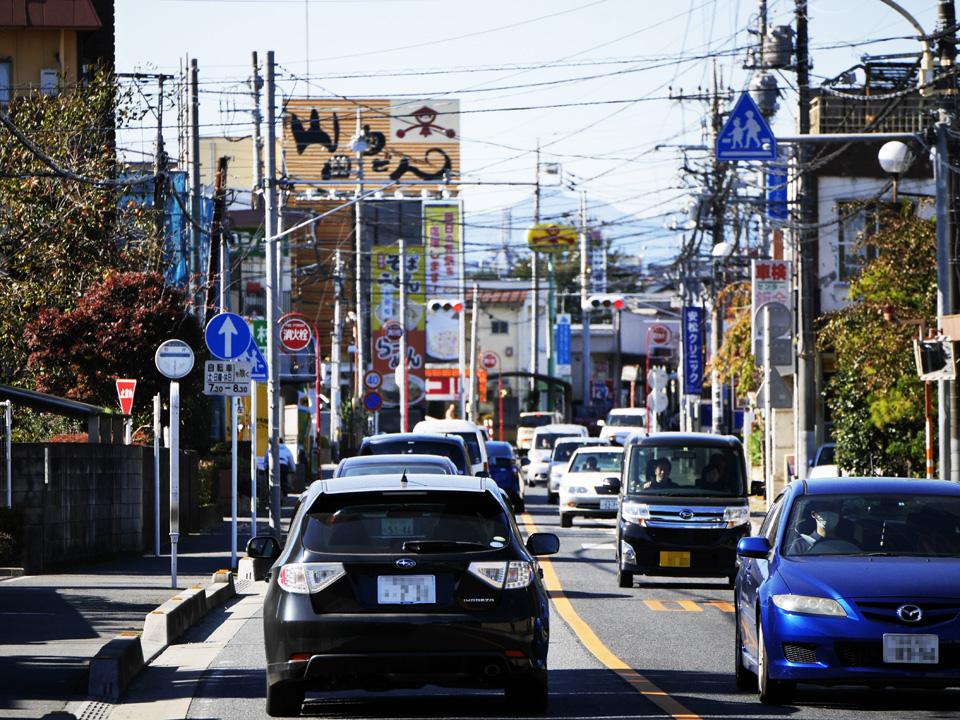 渋滞の先に山田うどん本店が見えてきた