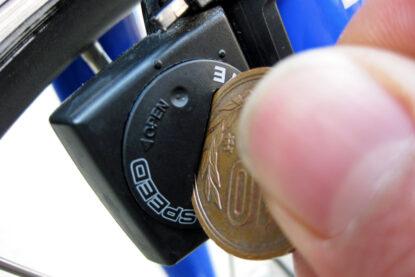 10円玉を使ってフタを開けます