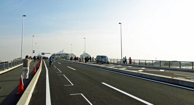 開通した新中川橋を渡る