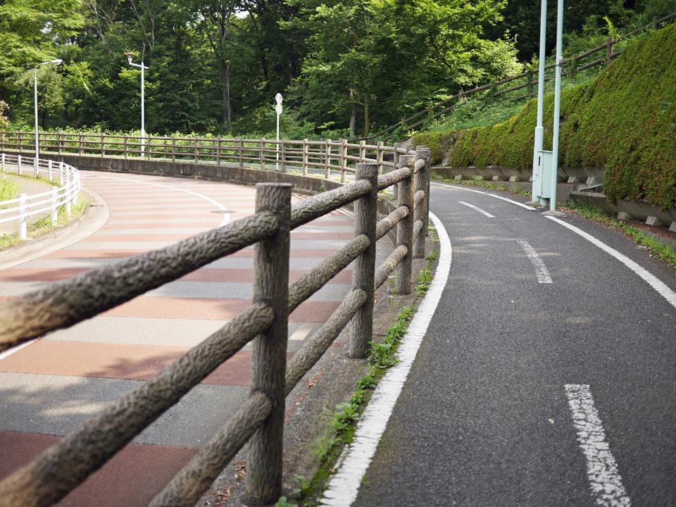 武蔵大和駅の脇から上り勾配になる多摩湖自転車道