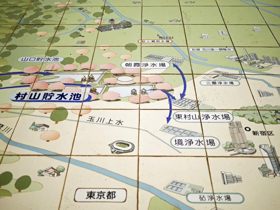 狭山公園堤防上広場のタイルに描かれた東京都水道MAP