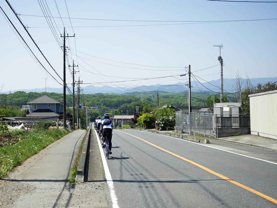 秩父の山並みを望みながら鳩山町を横断するミニベロトレイン