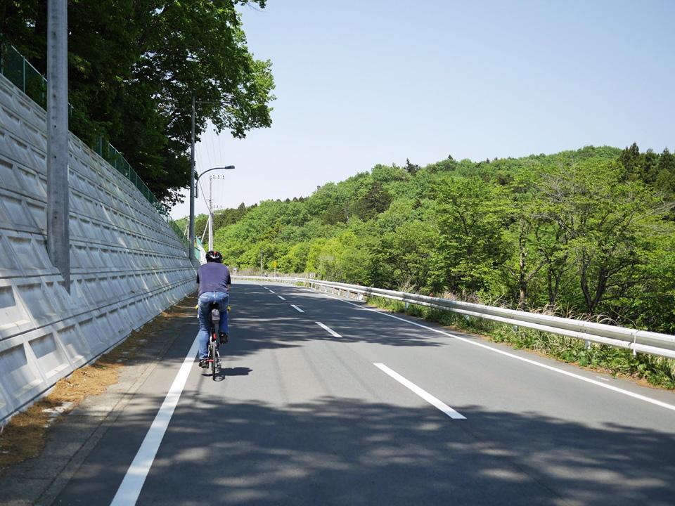 八高線に沿って丘陵や里山をミニベロが駆け抜ける