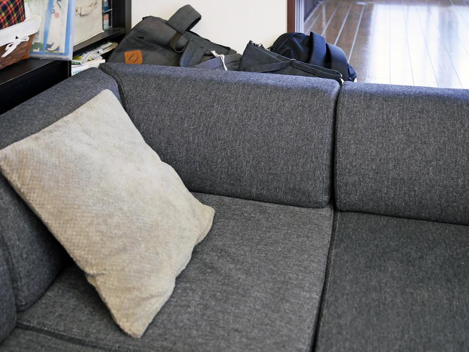 リビングのソファ脇にデッドスペースを発見