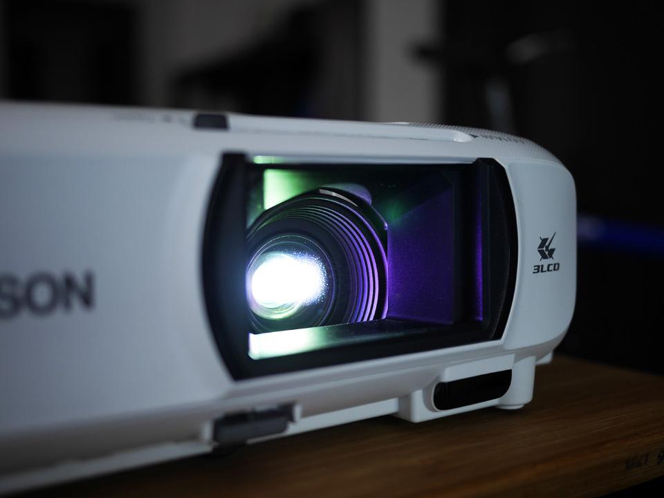 dreamioは3LCD方式で色鮮やかな投影を実現