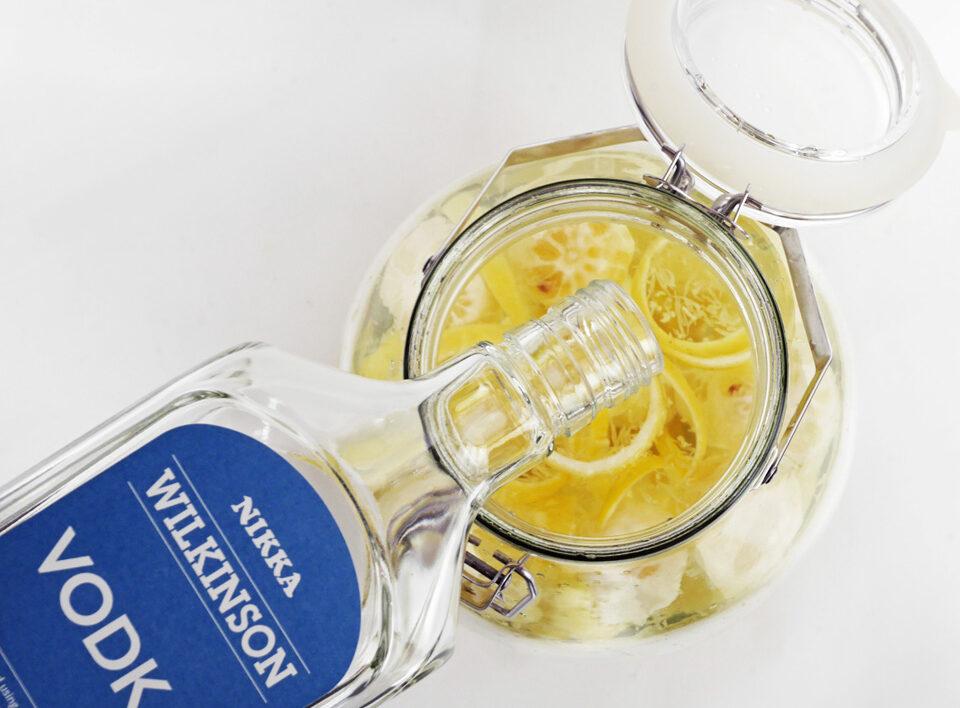 レモンを入れた保存ビンにウオッカを注ぐ