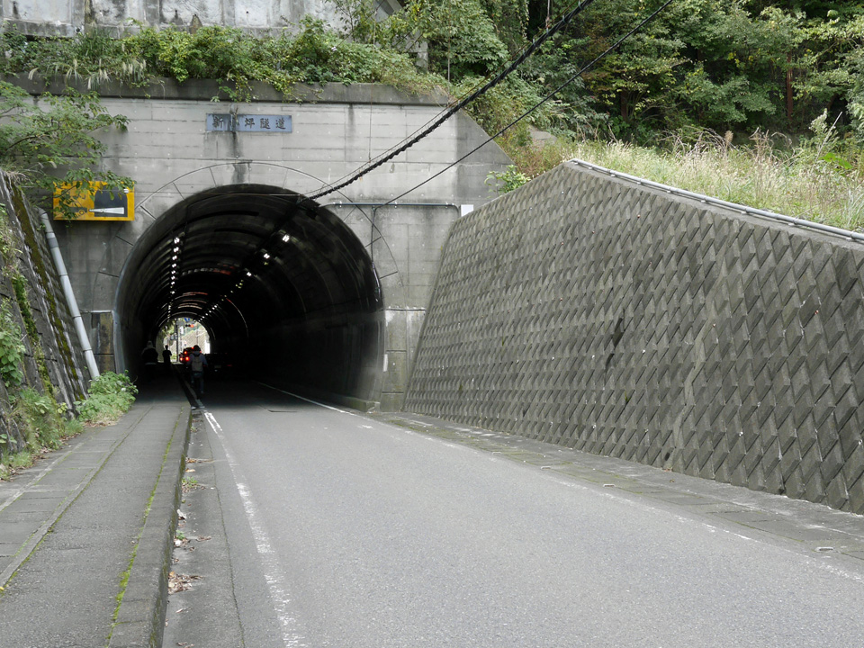 幽霊が出ると評判の小坪トンネルを進む