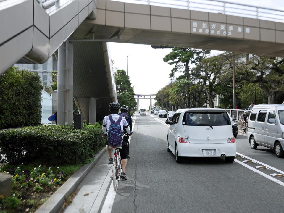 鎌倉駅前から県道21号を南下して由比ガ浜へ