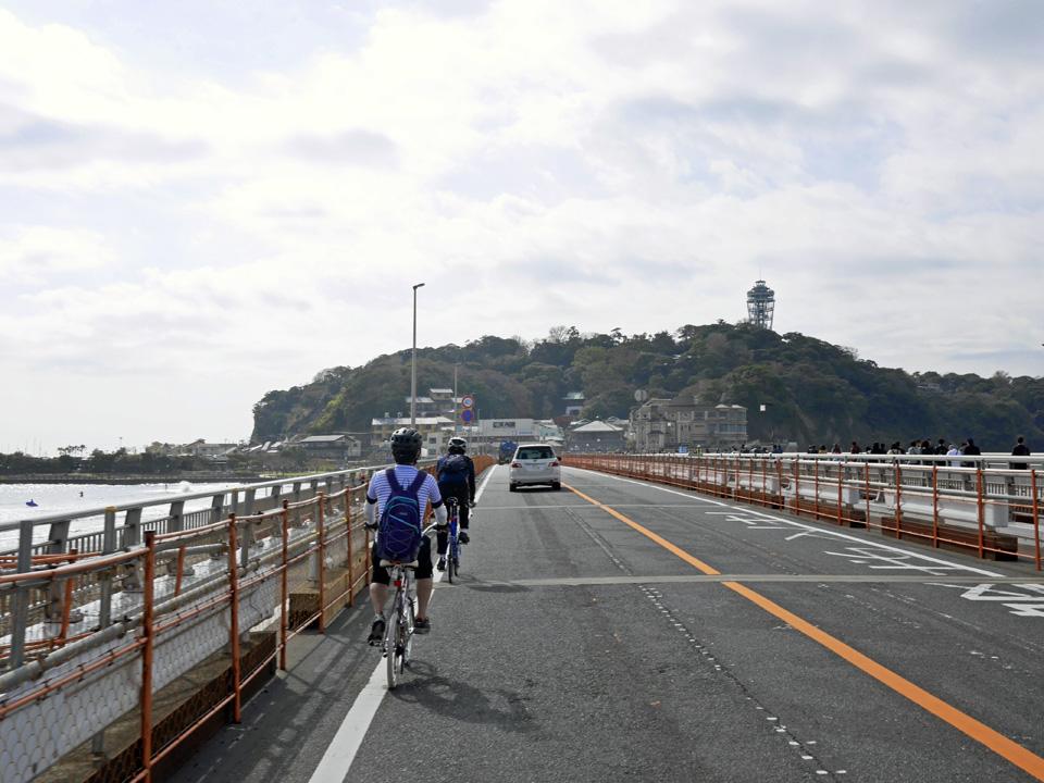 江ノ島大橋を進むミニベロおやじ一行