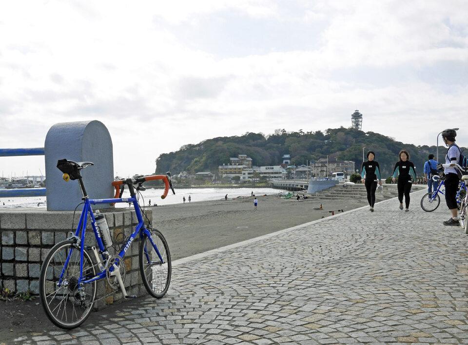 江ノ島 と GIOS FELUCA と サーファー女子