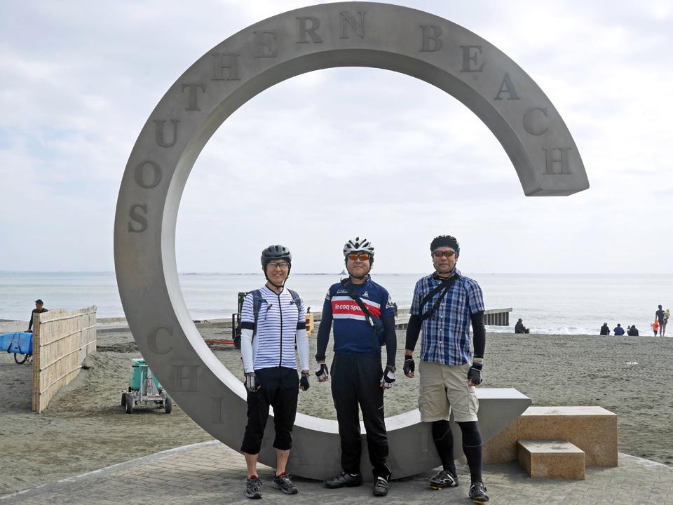 サザンビーチの茅ヶ崎サザンCに立つミニベロおやじ
