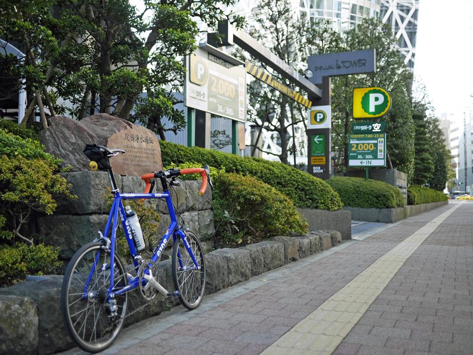 新宿エルタワー脇の淀橋浄水場跡の碑とGIOS FELUCA