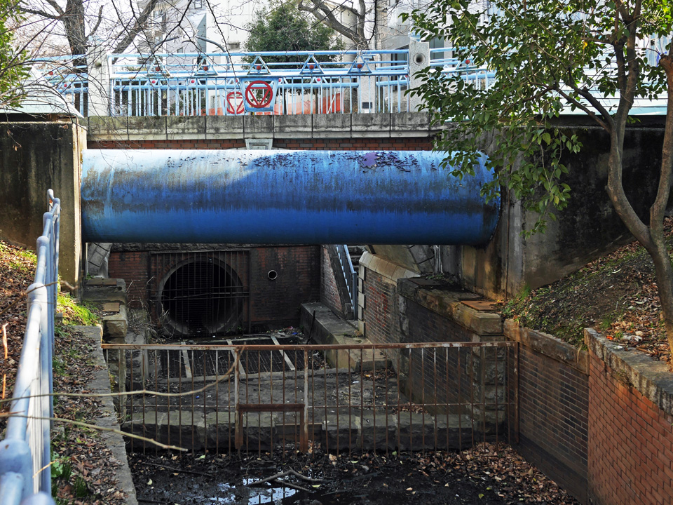 代田橋駅の南にあるゆずり橋と玉川上水