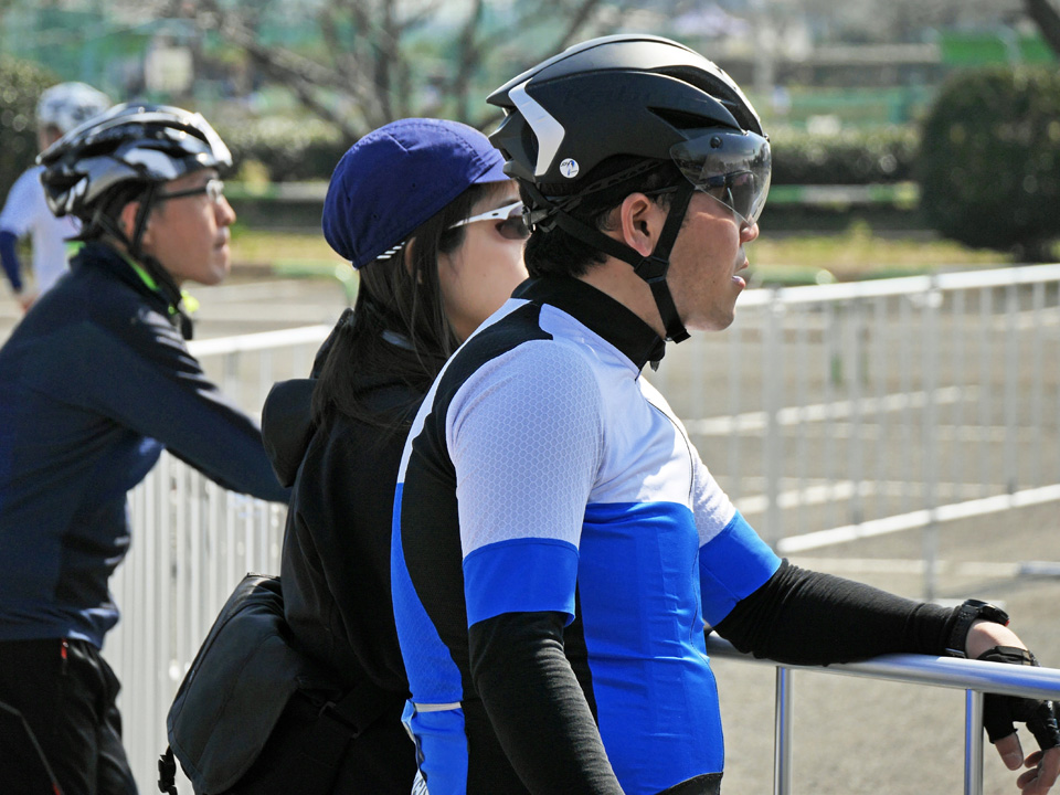 ピットでレースを見守るみなみさん夫妻とyuugaさん