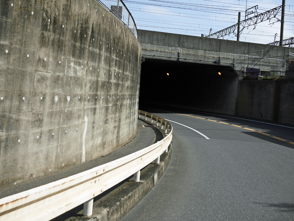 武蔵野線をアンダーパスして越谷市へ進む