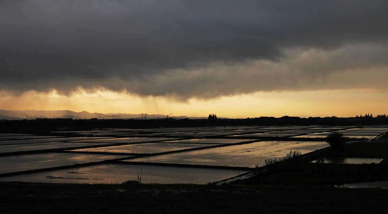 荒川サイクリングロードから開平橋方面の夕焼けを望む