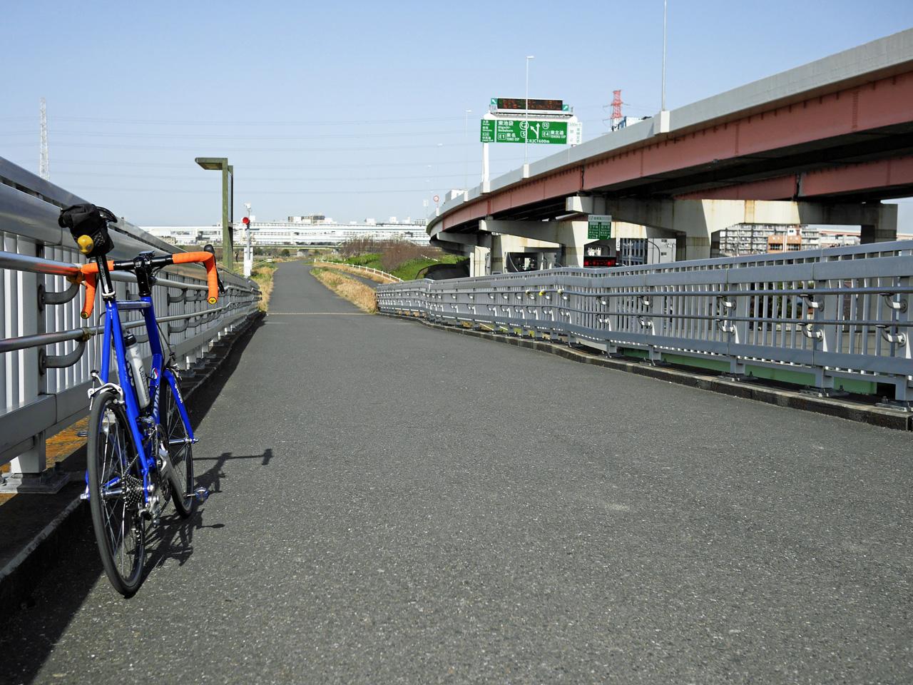 扇大橋の北詰から荒川CRへアプローチ