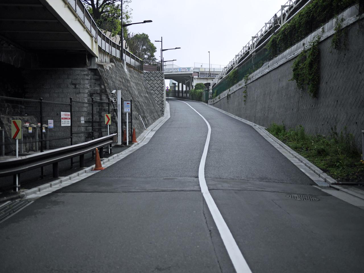 上野公園通りの坂を登る