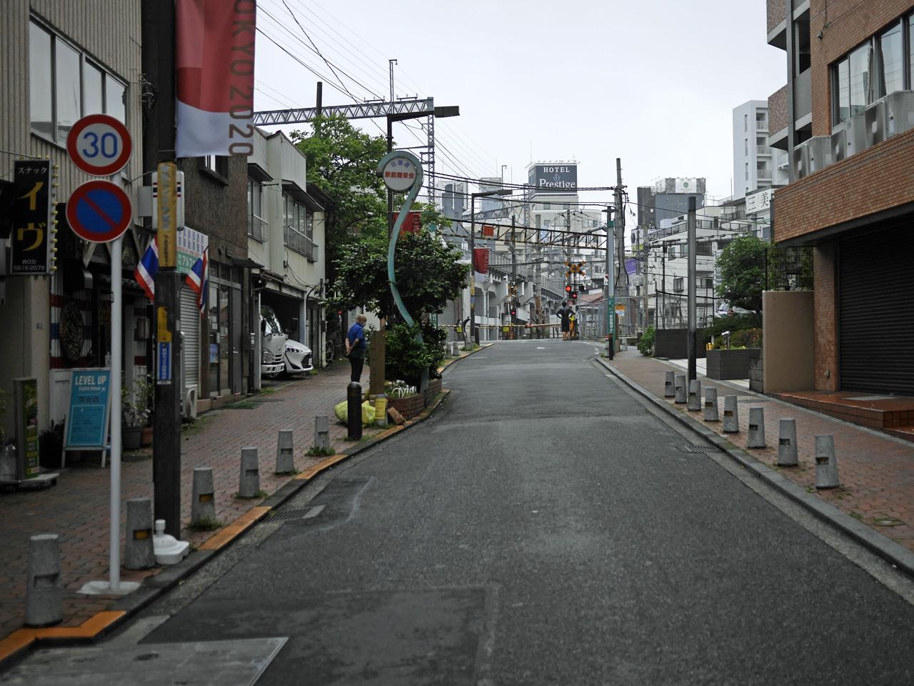 にっぽり駅前商栄会と常磐線踏切