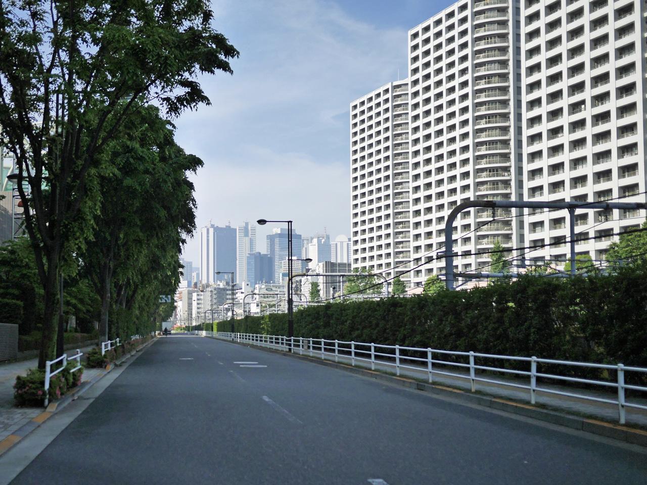 拡張が進む線路沿いの道の先には新宿ビル群