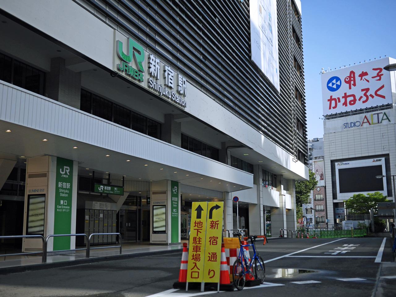 新宿駅東口からアルタを見る