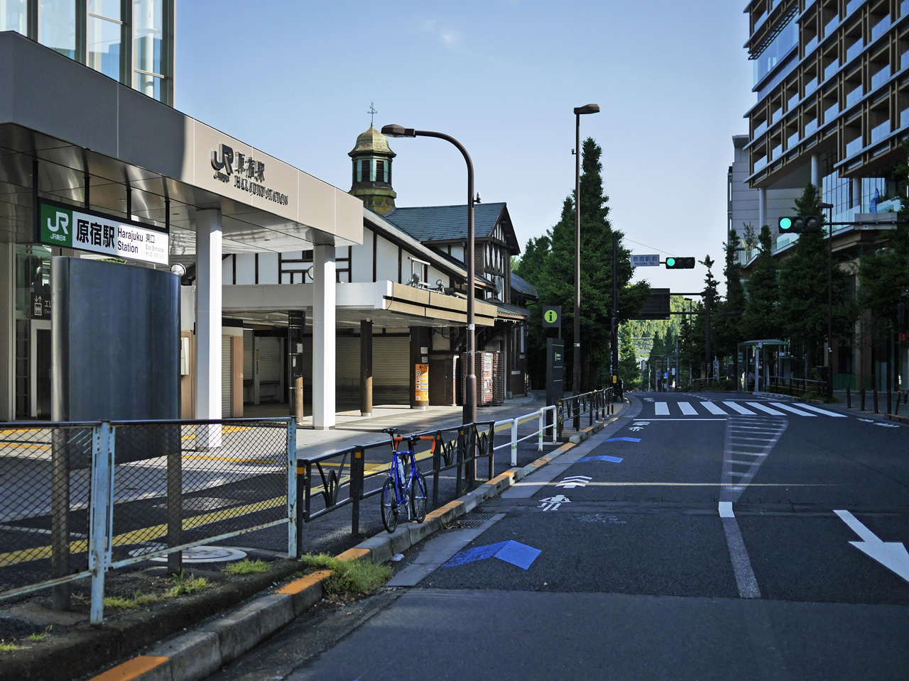 原宿駅表参道口の新駅舎前