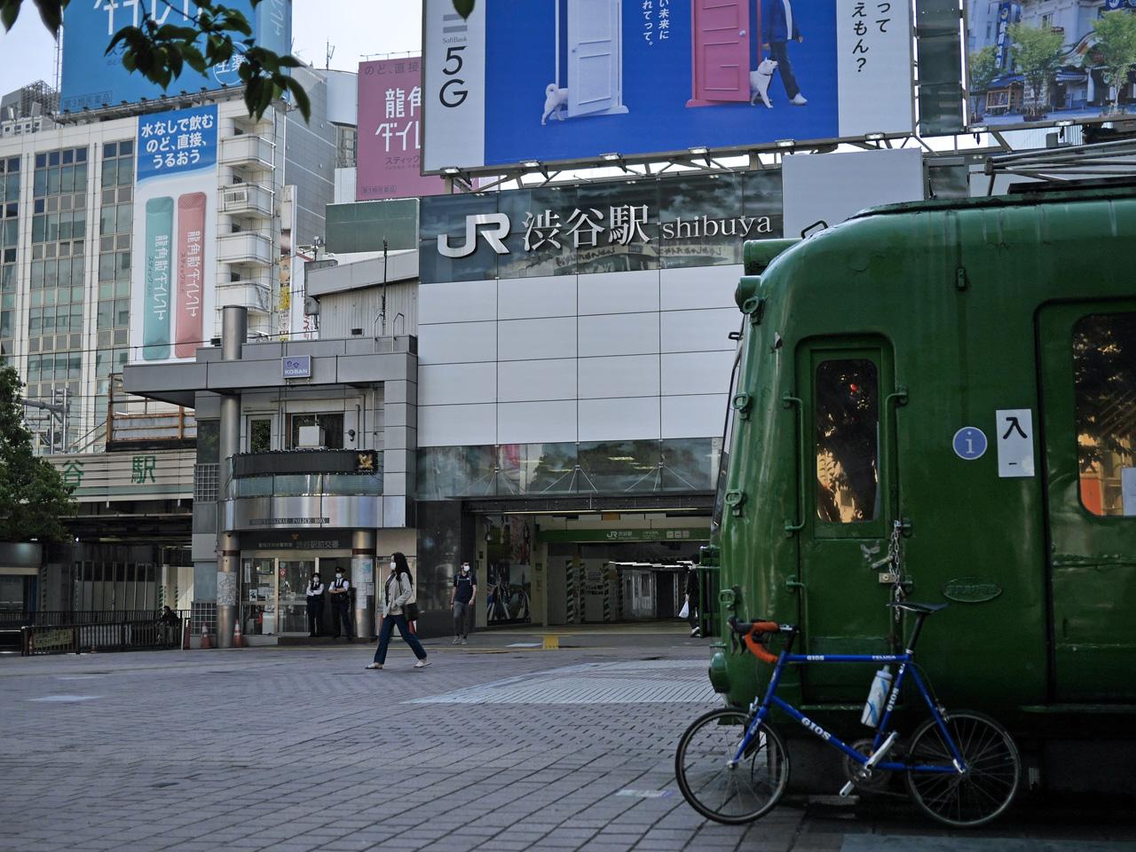 渋谷駅ハチ公口の東急5000系とGIOS FELUCA