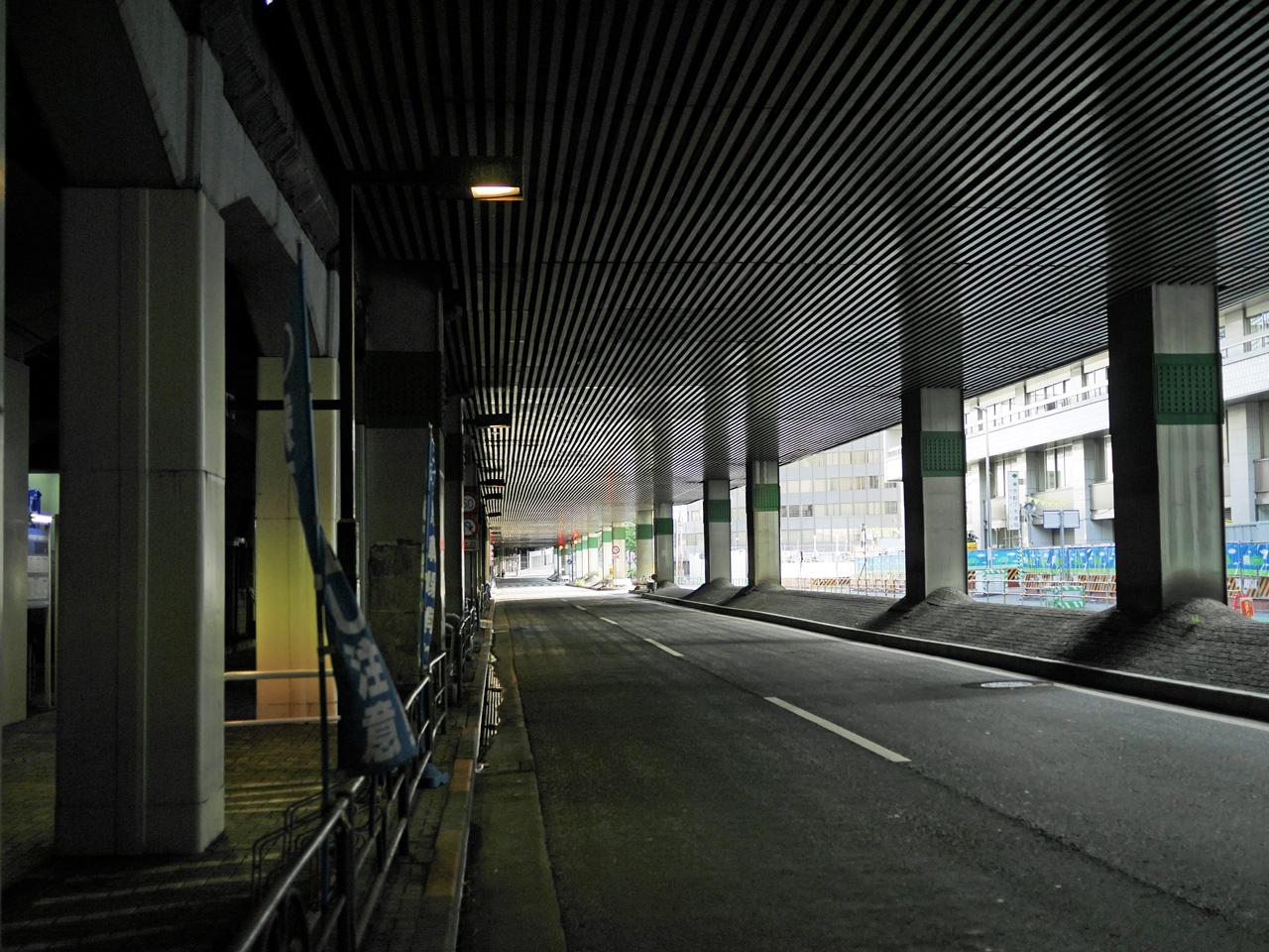 新幹線高架下の江戸通りを進む